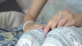 Meisje die manicure doen stock footage