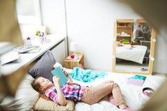 Meisje die met boek rusten stock foto's