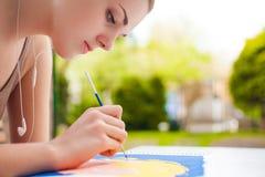 Meisje die met borstel een kunstbeeld schilderen Royalty-vrije Stock Afbeelding