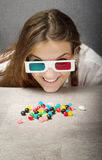 Meisje die met 3d glazen suikergoed zoeken Royalty-vrije Stock Fotografie