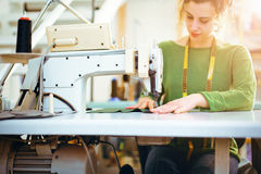 Meisje die met de naaimachine werken Royalty-vrije Stock Afbeelding