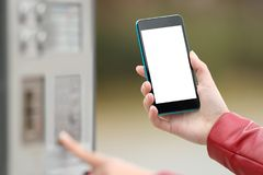Meisje die met een slimme telefoon betalen en het scherm tonen Royalty-vrije Stock Afbeelding