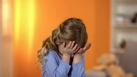 Meisje die met gesloten ogen schreeuwen, lijdend zuigelings aan vrees, psychologische hulp stock foto's
