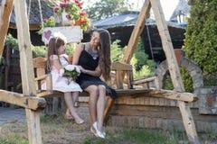 Meisje die met haar moeder in de zomerdag genieten van stock afbeeldingen