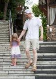 Meisje die met haar vader lopen Stock Fotografie