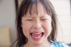 Meisje die met het runnen van neus schreeuwen stock foto