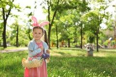 Meisje die met konijntjesoren mandhoogtepunt houden royalty-vrije stock foto