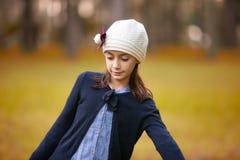 Meisje die met lage ogen in een park spelen royalty-vrije stock foto