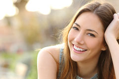 Meisje die met perfecte glimlach en witte tanden glimlachen