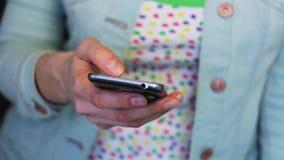 Meisje die met smartphone, slechts handen werken stock footage