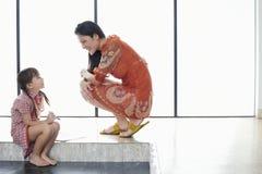 Meisje die met Tekeningsboek Moeder bekijken royalty-vrije stock foto