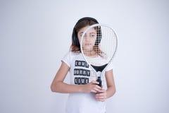 Meisje die met tennisracket net kijken stock foto's