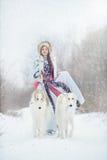 Meisje die met twee windhonden in de winter lopen Royalty-vrije Stock Foto