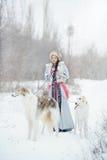 Meisje die met twee windhonden in de winter lopen Stock Fotografie