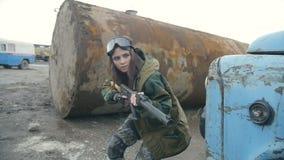 Meisje die met wapens vijand besluipen stock footage