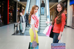 Meisje die met zakken met zijn meisje bij wandelgalerij en het winkelen lopen Royalty-vrije Stock Foto
