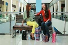 Meisje die met zakken met zijn meisje bij wandelgalerij en het winkelen lopen Royalty-vrije Stock Fotografie