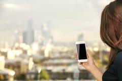 Meisje die mobiele telefoon houden Royalty-vrije Stock Fotografie