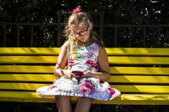 Meisje die mobiele telefoon kijken stock foto's