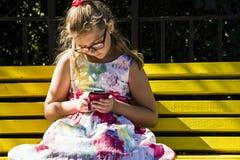 Meisje die mobiele telefoon kijken royalty-vrije stock afbeeldingen