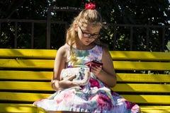 Meisje die mobiele telefoon kijken royalty-vrije stock fotografie