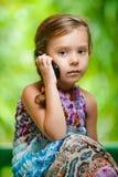 Meisje die mobiele telefoon uitnodigen Royalty-vrije Stock Fotografie
