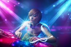 Meisje die muziek mengen met krachtige lichteffecten Stock Foto