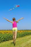 Meisje die na de vlieger langs het gebied lopen royalty-vrije stock fotografie