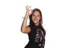 Meisje die o.k. teken doen royalty-vrije stock afbeeldingen