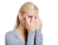 Meisje die ogen behandelen met handen stock foto