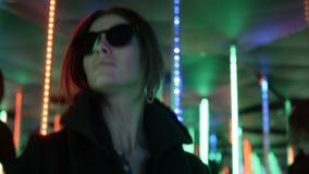 Meisje die onder de gekleurde lichten dansen stock footage
