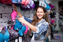 Meisje die ondergoed kiezen bij winkel Royalty-vrije Stock Foto's