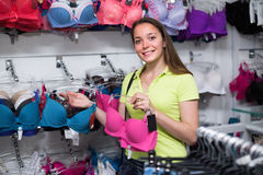 Meisje die ondergoed kiezen bij winkel Royalty-vrije Stock Afbeeldingen
