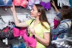 Meisje die ondergoed kiezen bij winkel Royalty-vrije Stock Foto