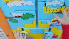 Meisje die onderwijsspelen spelen stock footage