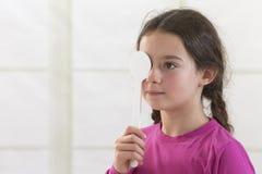 Meisje die oogexamen krijgen royalty-vrije stock afbeelding