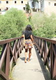 Meisje die op brug lopen Stock Foto