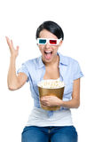 Meisje die op 3D bioskoop met popcorn letten Royalty-vrije Stock Foto's