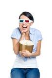 Meisje die op 3D film met kom popcorn letten Stock Foto