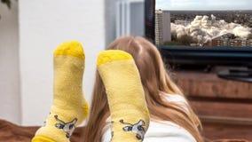 Meisje die op de historische wolkenkrabber het vernietigen verrichting van de zogenaamde witte reus in Duisburg Hochheide letten stock video