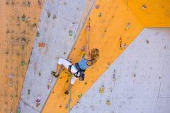 Meisje die op de muur beklimmen stock afbeeldingen