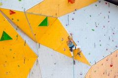 Meisje die op de muur beklimmen stock afbeelding