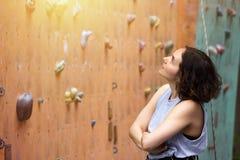 Meisje die op de muur beklimmen royalty-vrije stock afbeelding