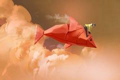 Meisje die op de origamidocument rode vissen berijden Stock Afbeelding