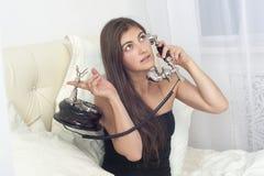 Meisje die op de telefoon spreken Stock Afbeeldingen