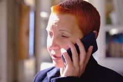 Meisje die op de telefoon spreken Verstoord over het slechte nieuws Droevig gezicht royalty-vrije stock afbeeldingen
