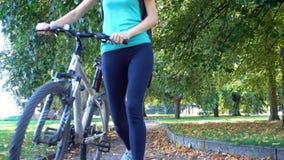 Meisje die op een fiets door de straten berijden stock video