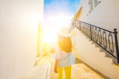 Meisje die op een Griekse straat lopen royalty-vrije stock afbeeldingen