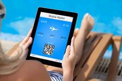 Meisje die op een ligstoel door de pool liggen en een tablet houden met Royalty-vrije Stock Fotografie