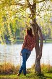 Meisje die op een peinzende boom leunen, Royalty-vrije Stock Afbeelding